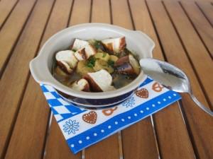 (c) veltenbummler.blogspot.de, vegane Weißwurstsuppe mit Laugencroutons