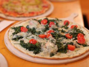 Vegetarischer Flammkuchen Spinat-Gorgonzola auf dem Münchner Oktoberfest
