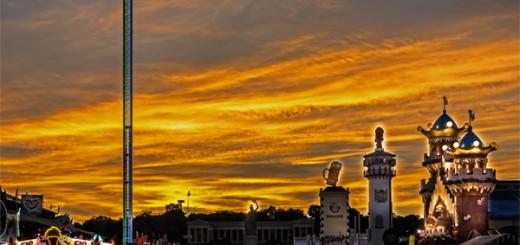 Das Wiesn-Riesenrad und der Skyfall-Tower im Sonnenuntergang – © Andy Ilmberger